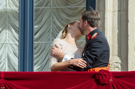Guillaume and Stephanie kiss on the balcony of the Royal Palace after their wedding